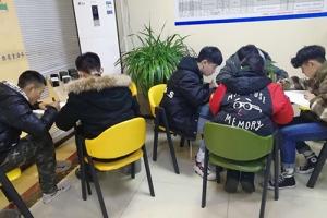 春招培训的学生在教室里留影